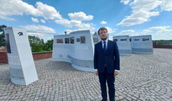 """Sandomierz: Wystawa """"Hetman"""" na zamkowym dziedzińcu."""