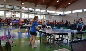 Tarnobrzeg. Ponad setka zawodników sprawnych i niepełnosprawnych mierzyła się w ping-pongu.
